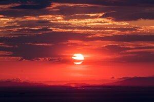 Červená obloha na začiatku či konci dňa je výsledkom Rayleighovho rozptylu.