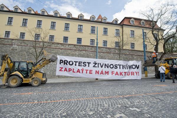 Z protestu živnostníkov poškodených Váhostavom pred budovou NR SR 15. apríla 2015 v Bratislave.