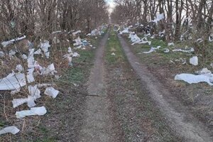 Na cestu plnú rozfúkaného odpadu nás upozornil cyklista, ktorý tadiaľ prechádzal.