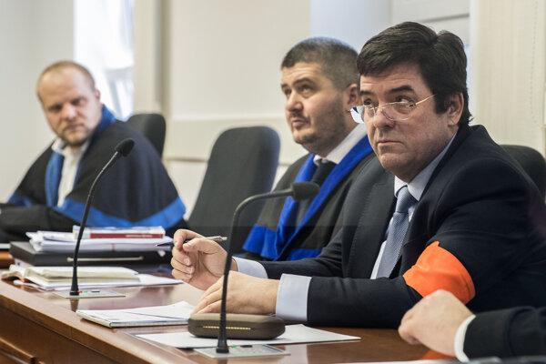 Marian Kočner počas súdu v kauze zmenky. Vedľa neho sedia obhajcovia Michal Mandzák a Martin Pohovej.