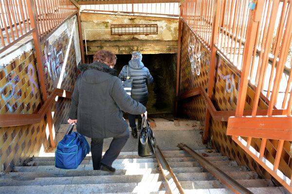 Podchod na Kalinovskej ulici je jedným z piatich podchodov na hlavnom ťahu na Furči. Furčiansky starosta hovorí o jeho katastrofálnom stave, verí v podporu mesta ako správcu podchodu.