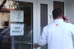 Na infekčnej klinike platí zákaz návštev.