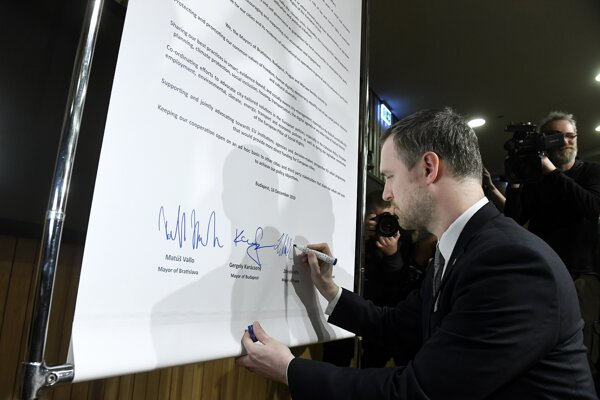 Primátor Prahy Zdeněk Hřib pri podpisovaní Paktu slobodných miest.
