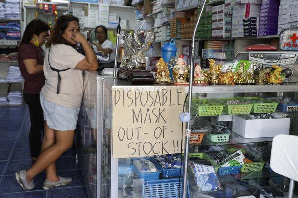 Nápis oznamujúci, že ochranné rúška na tvár sú vypredané, v Manile na Filipínach 30. januára 2020.
