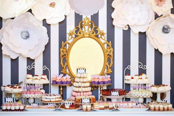 Na svadbách bývajú čoraz častejšie takzvané candy bary, teda samostatné stoly s koláčmi.