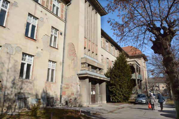 Historický II. pavilón opustili pacienti v roku 2014, odvtedy sa viac - menej nevyužíva.
