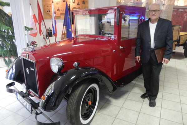 Celodrevený prototyp vozidla Škoda Beskyd s jeho tvorcom Jánom Haničinom.