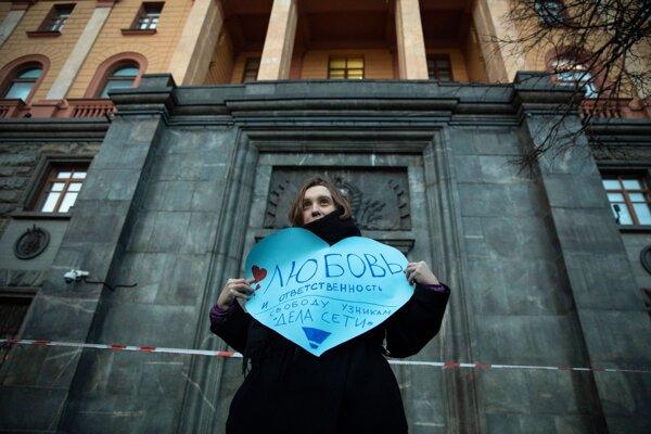 """Žena drží srdce s nápisom """"Láska a zodpovednosť. Sloboda pre väzňov z kauzy Sieť!"""" v Moskve 14. februára 2020."""