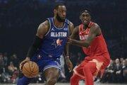 LeBron James (vľavo) a Pascal Siakam počas Zápasu hviezd NBA.