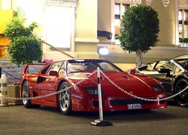Ferrari F40, ktoré zničil oheň, si turisti často fotili.