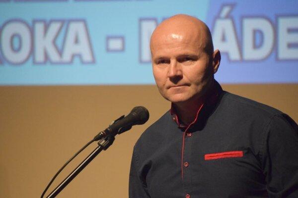 Miroslav Škrobian pri preberaní ocenenia.