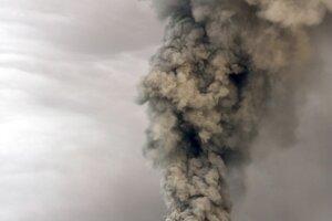 Tungurahua chrlí popol a dym 6. marca 2016.