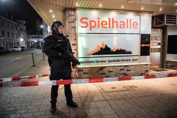 Príslušník polície stojí v blízkosti miesta streľby v nemeckom meste Hanau.