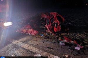 Vodič osobného auta utrpel zranenia nezlučiteľné so životom.