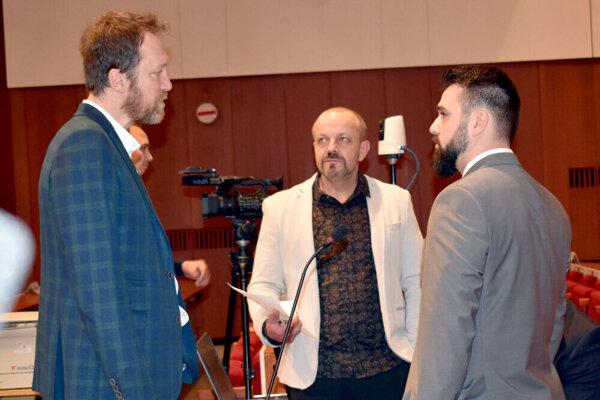 Henrich Burdiga (v strede) s kolegami z poslaneckého klubu KAN Zdenkom Liptákom (vľavo) a Ladislavom Strojným.