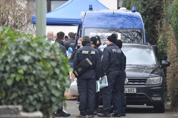 Nemeckí kriminalisti pred bytom strelca.