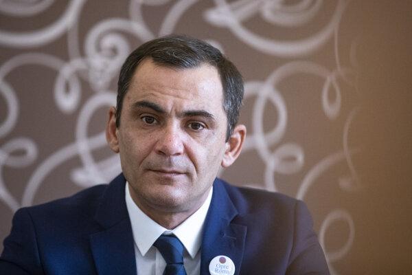 Vedúci skupiny pre politickú komunikáciu Opre Roma a starosta obce Radnovce Aladár Bari.