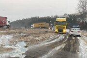 Pri Kežmarku zablokoval cestu skrížený kamión.