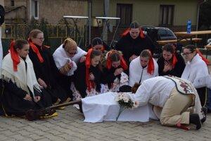 Súčasťou  fašiangovej zabíjačky bolo aj pochovávanie basy v podaní FS Poltarica.