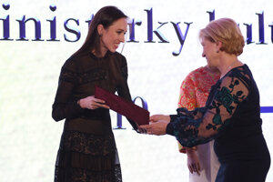 Ocenená Nina Poláková za umelecké majstrovstvo v oblasti klasického i moderného baletu a výnimočnú reprezentáciu slovenského baletného umenia v zahraničí a ministerka kultúry SR Ľubica Laššáková počas odovzdávania Ceny ministerky kultúry SR v oblasti profesionálneho umenia za rok 2019.