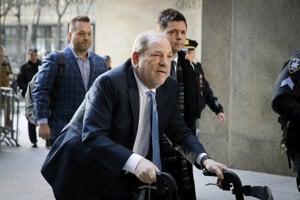 Harvey Weinstein prichádza na súd.