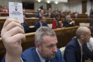 Poslanci SaS, OĽaNO a Most-Híd sa neprezentovali pri hlasovaní o skrátenom legislatívnom konaní o zavedení 13. dôchodku.