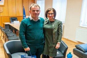 Viceprimátorka má v kompetencii školstvo a sociálne témy, pred voľbami sa venuje aj cestám. Na snímke so starostom Košickej Belej Jozefom Petkačom.