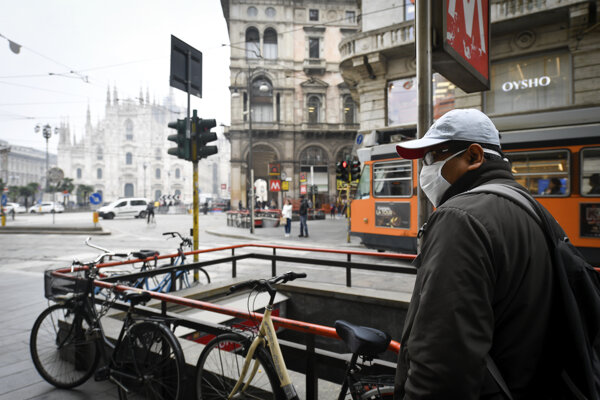 Chodec v centre Milána.