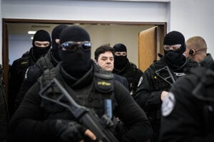 Mariana Kočnera eskortujú do pojednávacej miestnosti.