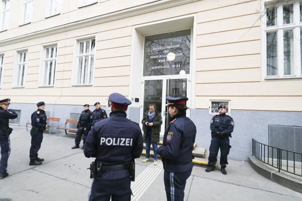Polícia pred gymnáziom vo Viedni odkiaľ odviedli infikovaného muža.