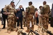 Na archívnej snímke z 19. mája 2017 francúzsky prezident Emmanuel Macron počas stretnutia s francúzskymi vojakmi bojujúcimi v rámci operácie Barkhane, ktorej hlavnou úlohou je boj proti extrémistickým skupinám v africkom regióne Sahel.