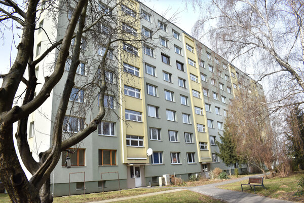 Rekonštrukcia bytovky vyšla obyvateľov na 390-tisíc, za zmluvné pokuty a úroky z omeškania, ako ich určil súd, mali zaplatiť viac ako 400-tisíc.