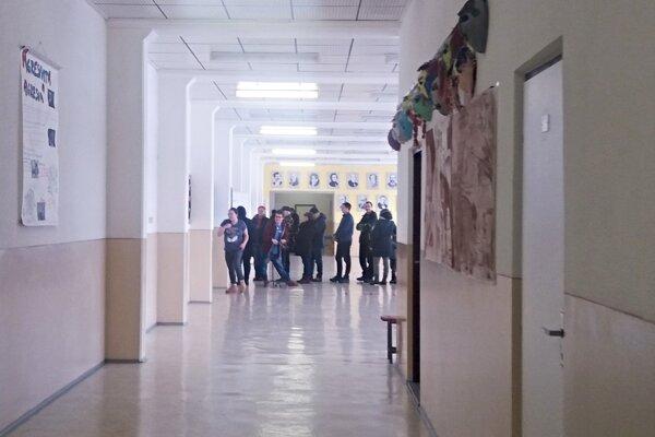 Čadca: Voliči stoja v zástupoch pred volebnou miestnosťou.