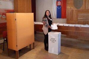 Obálky s hlasovacími lístkami zo zahraničia do schránky vhodila zapisovateľka okrskovej komisie číslo 1 v Pukanci Žofia Kyseľová. Prišli z Veľkej Británie, Poľska a Čiech.