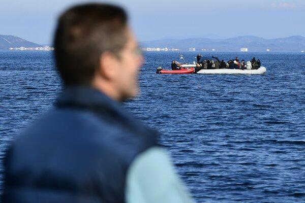 Obyvatelia Lesbosu zabránili migrantom pristáť pri pobreží.
