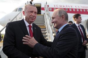 Ruský prezident Vladimir Putin (vpravo) si podáva ruku so svojím tureckým partnerom Recepom Tayyipom Erdoganom.