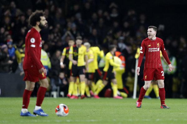Hráči Liverpoolu zľava Mohamed Salah a Andrew Robertson po inkasovaní tretieho gólu v zápase 28. kola anglickej Premiere Leaque Watford - Liverpool.
