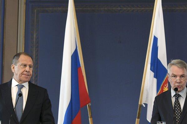 Fínsky prezident Sauli Niinistö (vpravo) a ruský minister zahraničných vecí Sergej Lavrov.
