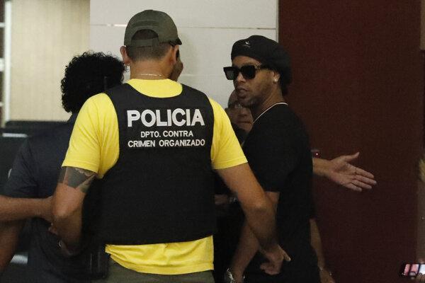 Ronaldinho (vpravo).