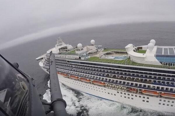 Loď Grand Princess zakotvila neďaleko San Francisca a testovacie potreby na jej palubu spustil vojenský vrtuľník lanom.