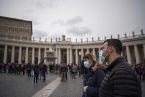 Návštevníci na námestí svätého Petra vo Vatikáne.