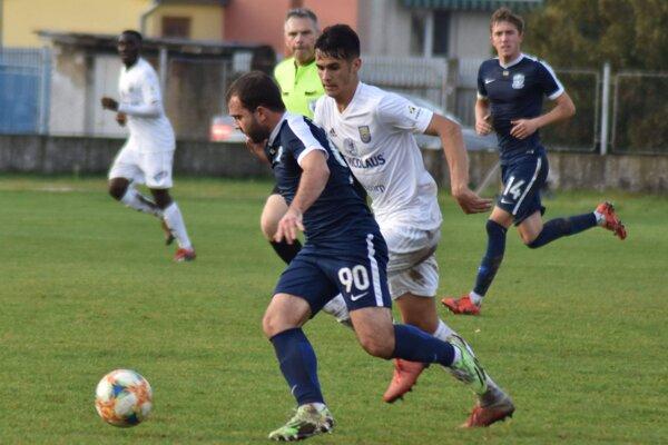 V Ružomberku si Matúš Begala (v bielom) pripísal štvrtý ligový štart. Dostane šancu aj teraz?
