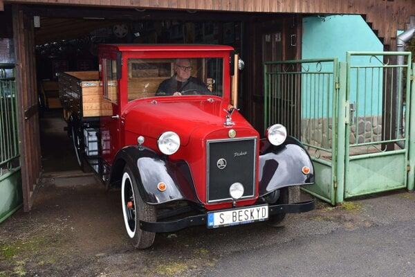Ján Hančin s vlastnoručne vyrobeným prototypom Škoda Beskyd.