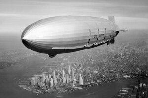 Vzucholoď USS Macon (ZRS-5) nad prístavom v New Yorku Nv lete 1933.