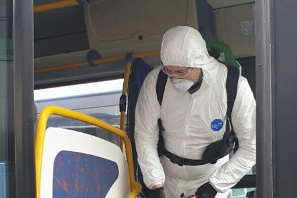 Aj autobusy SAD Žilina prechádzajú dezinfekciou.