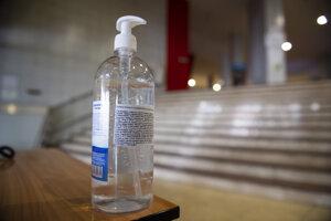 Dezinfekčný gél na ruky vo vstupnej chodbe na Ekonomickej univerzite v Bratislave.