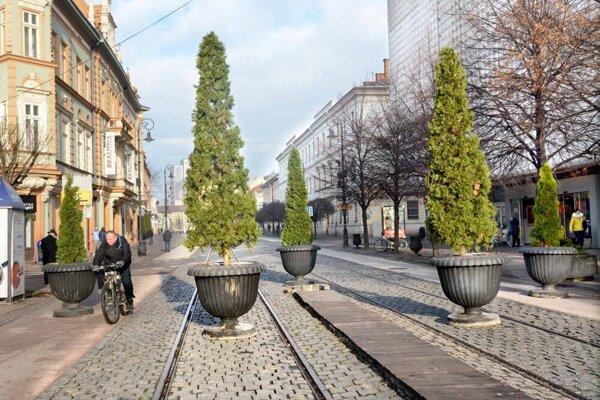 Aktuálna ochrana Košíc pred terorizmom počas hromadných akcií je provizórnym riešením od roku 2016. V tejto časti Hlavnej ulice majú osadiť štyri stĺpiky.