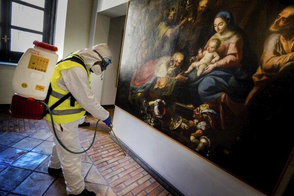 Pracovník sprejuje dezinfekčným prostriedkom v múzeu, ktoré sa nachádza v stredovekom hrade Castel Nuovo - Maschio Angioino v talianskom Neapole.