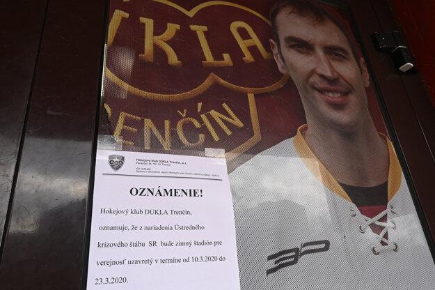 Oznámenie o uzavretí zimného štadióna z dôvodu šíriaceho sa koronavírusu, na vstupných dverách zimného štadióna Dukly Trenčín.