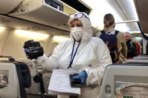 Kontrola pasažierov po pristání lietadla na moskovskom letisku Šeremetevo.